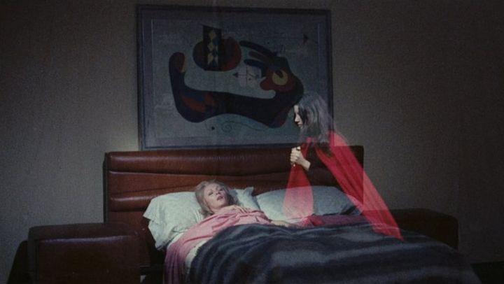 Una scena tratta dal film La Dama Rossa Uccide Sette Volte