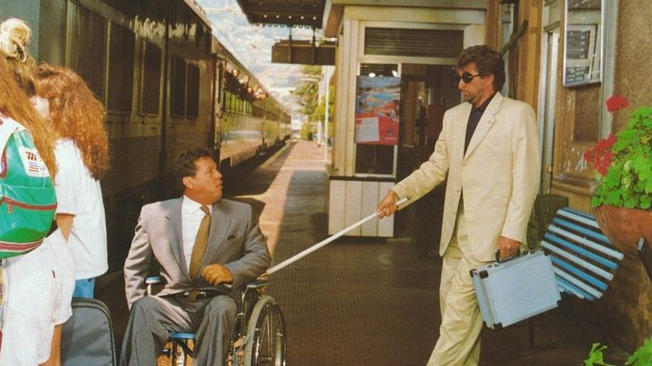Una scena tratta dal film Infelici E Contenti